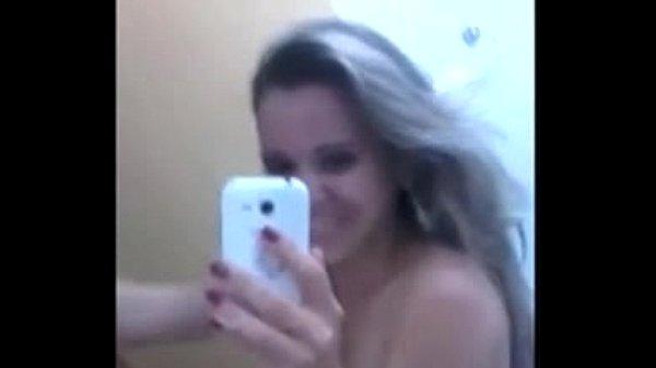 Ninfeta loirinha gaúcha de 18 anos caiu na net se masturbando